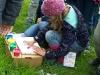 Der Grundstein wird mit Fingerabdrücken der Kinder verschönert, die mitgeholfen haben.
