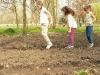 Wege festhüpfen: so macht gärtnern Spaß!