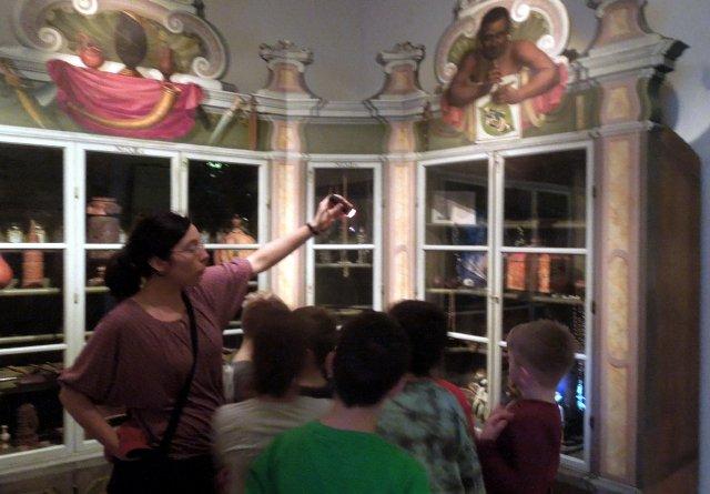 Claudia Schmidt zeigt geheimnisvolle Objekte im Indienschrank der Wunderkammer. Foto Elke Arnold
