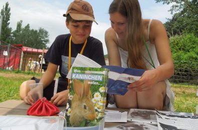 Tierschützerin berät Kaninchenfreund
